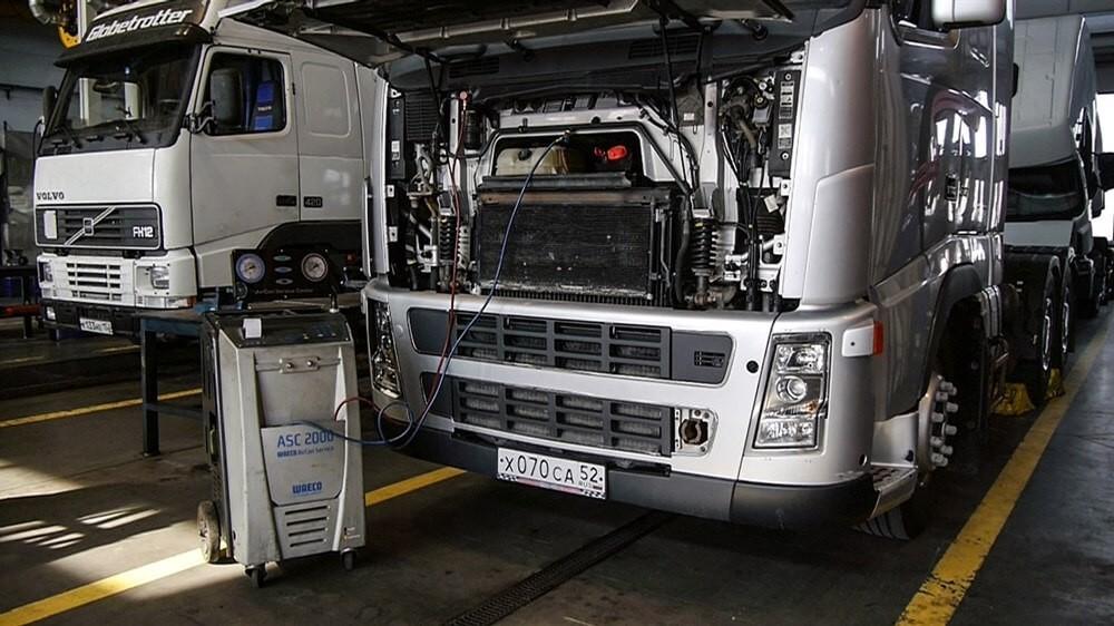 грузовик на ремонте